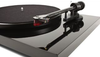 - Pro-Ject Debut Carbon DC 2M RED + LP Pati Smith HORSES